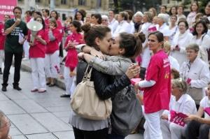 Dos valientes mujeres francesas se besan ante una protesta contra el matrimonio homosexual