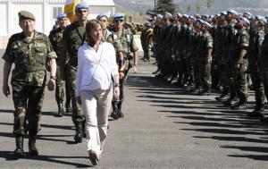 Por primera vez una ministra de Defensa, y embarazada, pasó revista a las tropas