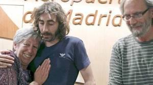 Victoria Brabo recibe a su hijo Manu después de ser liberado