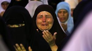 Egipcia llora mientras reza al final del Ramadán